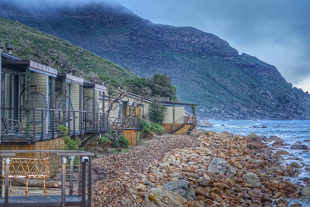 Eingebettet in den Kiesstrand kann eine Lodge nicht exponierter liegen