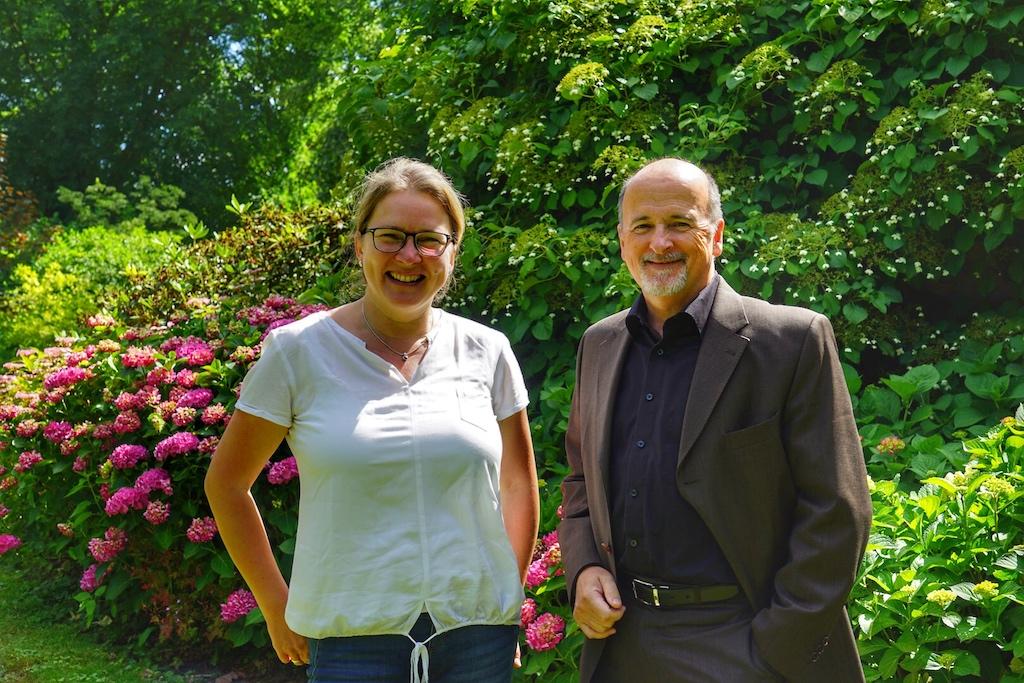 FrontRowSociety Mitherausgeberin Annett Conrad und General Manager des Schlosshotels Münchhausen Thomas Bonanni beim Rundgang im Schlossgarten