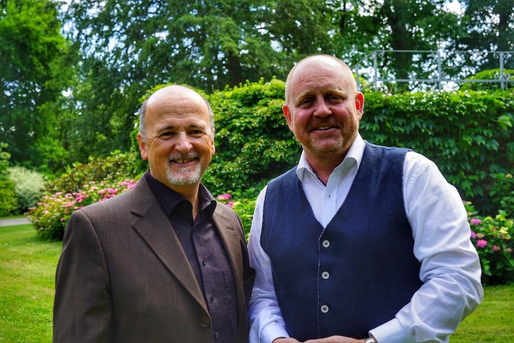 Rundgang durch den malerischen Schlossgarten: Hoteldirektor Thomas Bonanni (li.) und Herausgeber Andreas Conrad (re.)