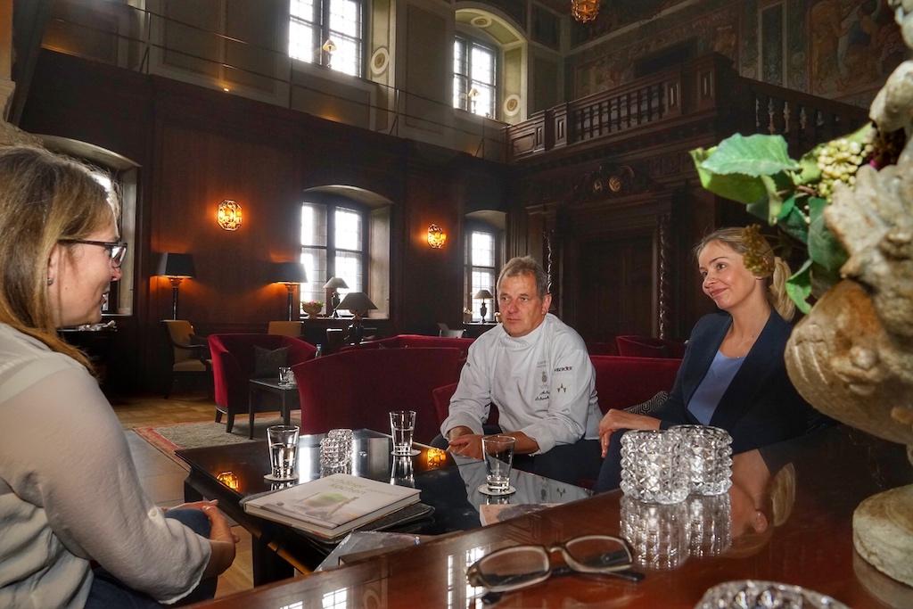 Im Gespräch mit Sternekoch Achim Schwekendiek: Oft ist die Sternegastronomie mit Vorurteilen behaftet - zu chick, zu fein, zu extravagant, zu teuer.... damit will der Sternekoch und der Generale Manager Thomas Bonanni gründlich aufräumen. Hier im Gespräch mit Annett Conrad (li.) und Marketingleiterin Anika Pohlmann (re.)