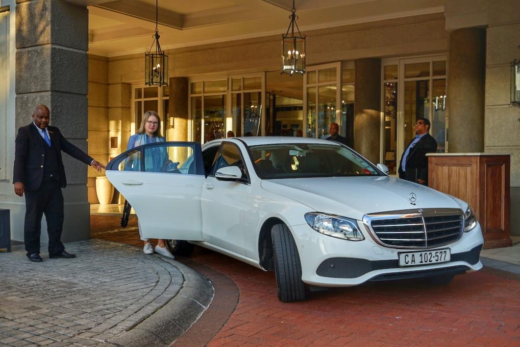 """Die Limousine von Jarat Tours steht bereit. Am frühen morgen geht es am Cape Grace los, direkt zum Bahnhof und von dort aus mit dem luxuriösesten Zug der Welt, mit dem """"ROVOS RAIL"""", nach Pretoria"""