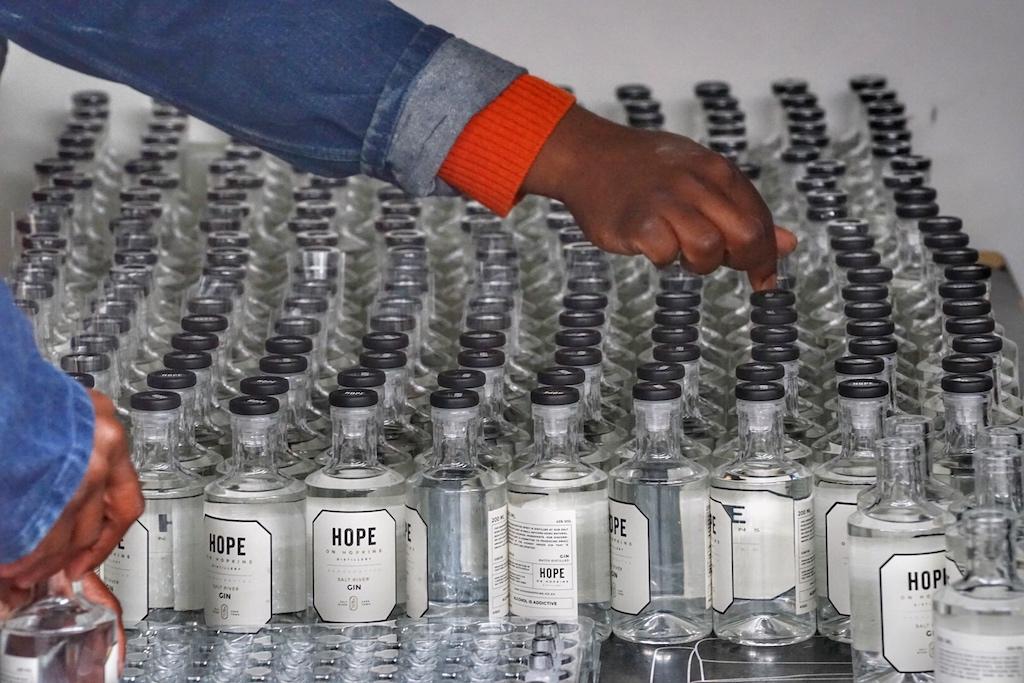 Handgrafted Gin - auch jede Flasche wird einzeln per Hand verschlossen