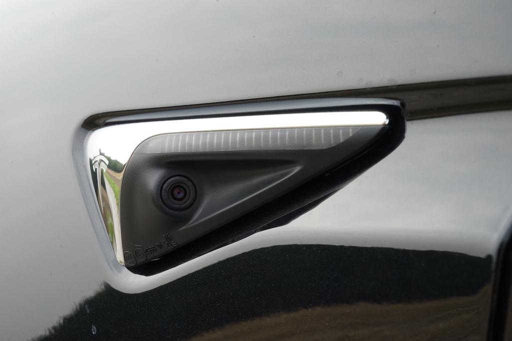 Digitale Augen - rund um das Fahrzeug verteilt - beobachten das Geschehen. Eine große Hilfe beim Parken oder automatischen Türenöffnen