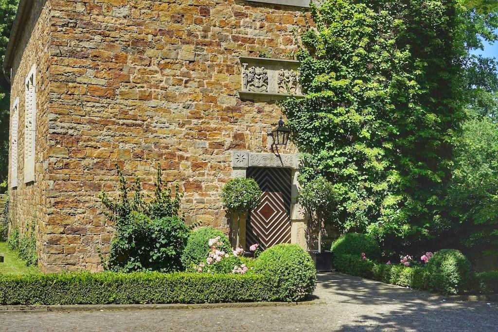 Die eigene Kapelle vor der Tür; so können auch im Schloss Traumhochzeiten gefeiert werde