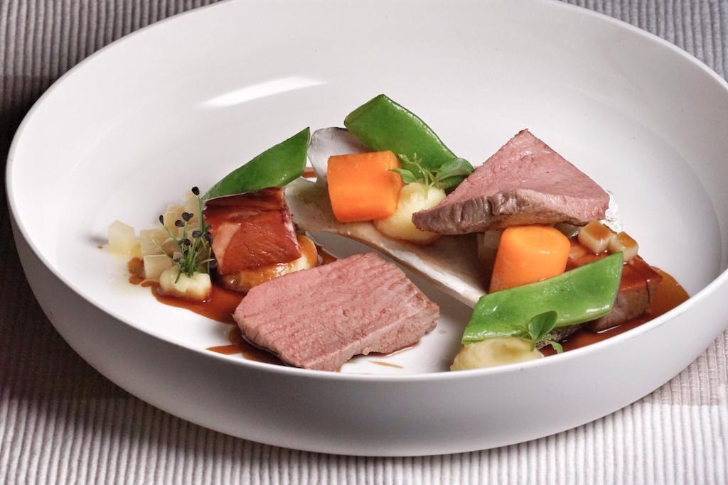 Lammfleisch, die Gnocchi sowie das in Butter geschwenkte Gemüse