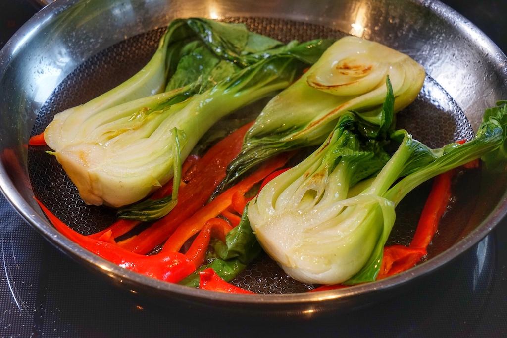 Damit man den vollen Geschmack des Kohls genießen kann und damit die wertvollen Nährstoffe sowie die intensiven Farben erhalten bleiben, wird das Gemüse nur kurz angebraten / © Redaktion FrontRowSociety.net