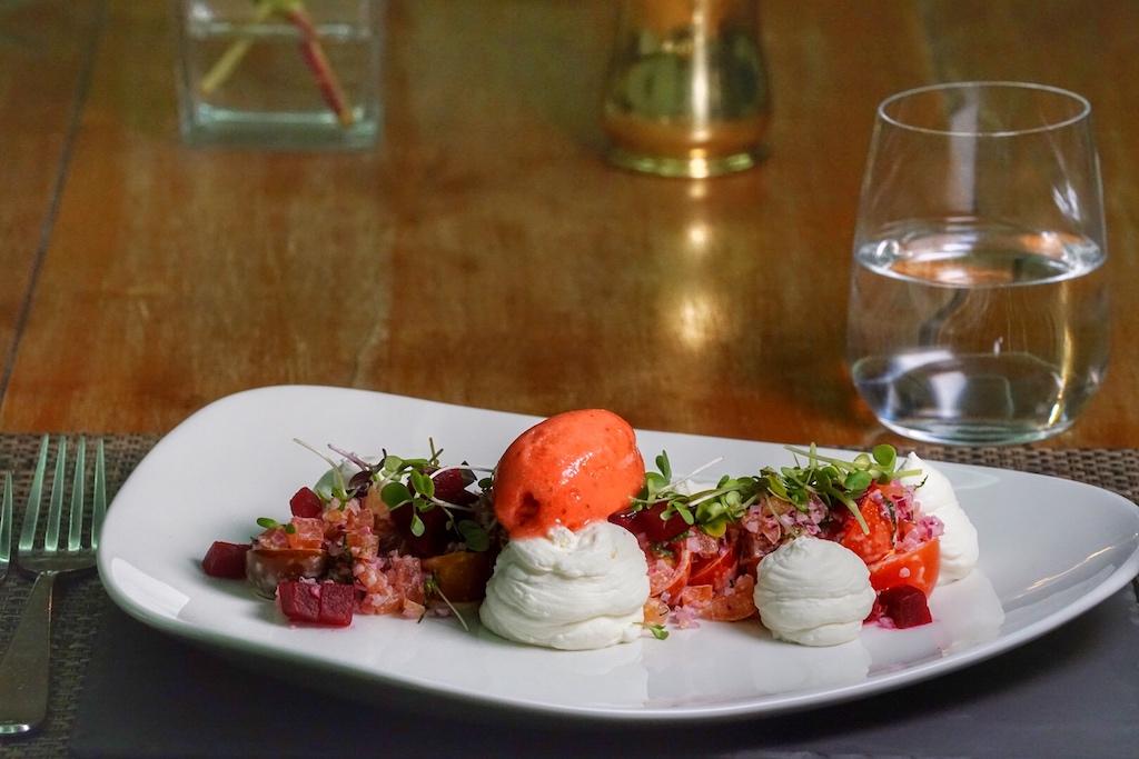 Tomaten-Rote-Bete-Salat mit Ziegenkäse-Mousse, Grapefruit und einem fantastischen Erdbeersorbet