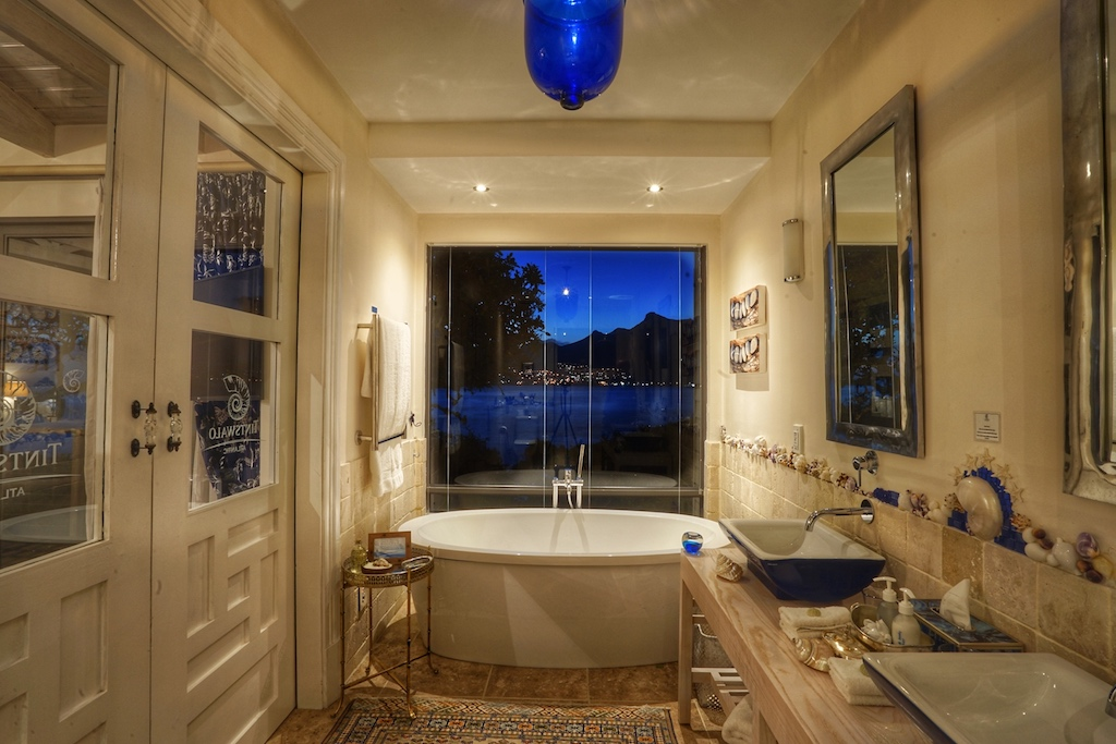 Jede Suite verfügt über ein Badezimmer, welches einen freien Blick auf die Haute Bay hat