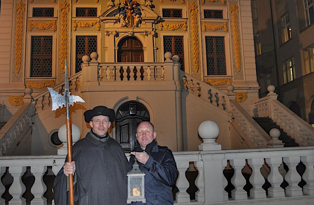 Historisches erfährt der Besucher beim neunzigminütigen Rundgang mit Nachtwächter Bremme, hier gemeinsam mit Herausgeber Andreas Conra