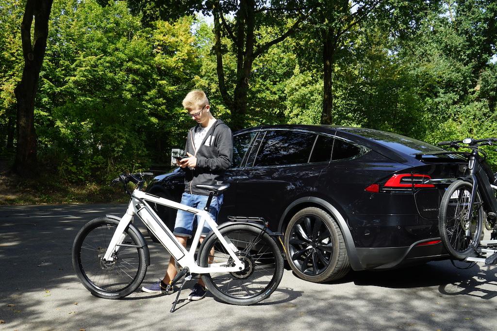 Auch beim Fahrradfahren trackt die Fitbit Versa die Trainingseinheiten - die Tour und Geschwindigkeit kann man dabei über das verbundene Smartphone ablesen