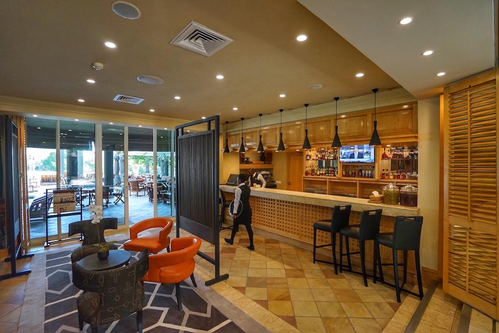 Die Olive Bar hat direkten Zugang zur großen Terrasse nach vorne oder zum Innenhof, in dem ein kleine Pool zu finden ist