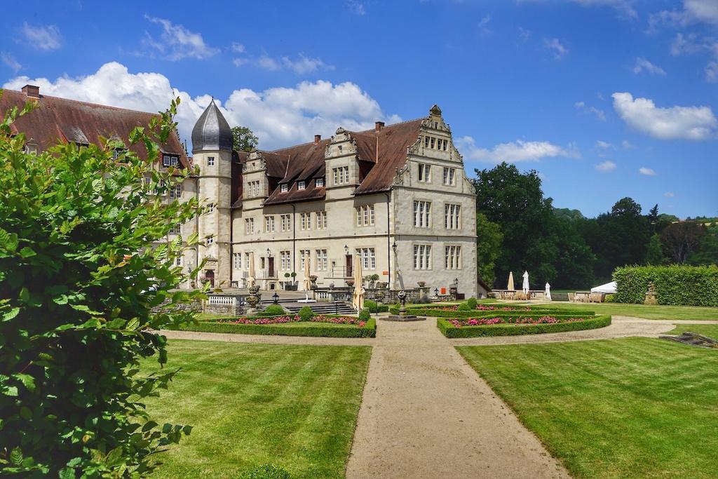 Das Schloss Schwöbber gehört zu den bekannten Bauten der Weserrenaissance und beherbergt heute das 5 Sterne Schlosshotel Münchhausen