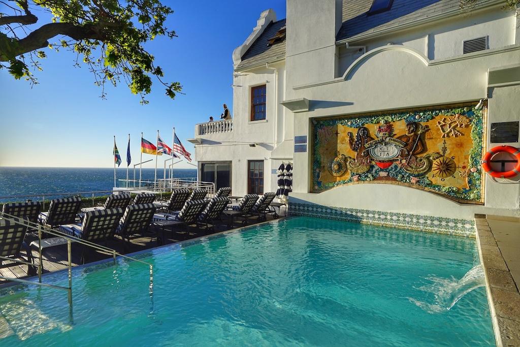Vom Pool aus können die Gäste allabendlich den Sonnenuntergang genießen