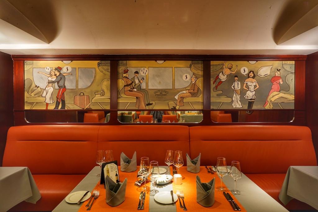 Willkommen im Restaurant Steaktrain: Detailverliebte Gestaltung angelehnt an Reisekomfort auf Schienen