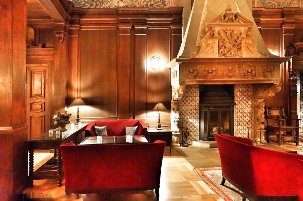 Wer mag, genießt seine Kaffeezeit im großen Rittersaal