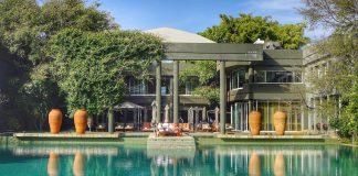 """Frontansicht: Saxon Hotel, Villas Spa gehört unter anderem zur Vereinigung """"The Leading Hotels of the World"""