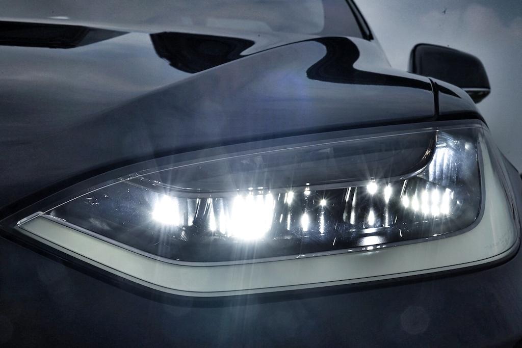 Das dreistufige, dynamische LED-Kurvenlichtsorgt bei Nachfahrtenfür maximale Ausleuchtung