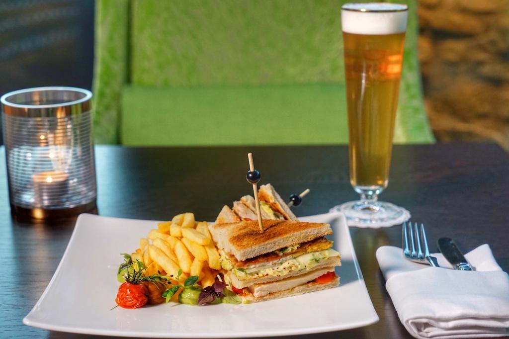 .. zum köstlichen Club Sandwich mit knusprigen PommesFrites