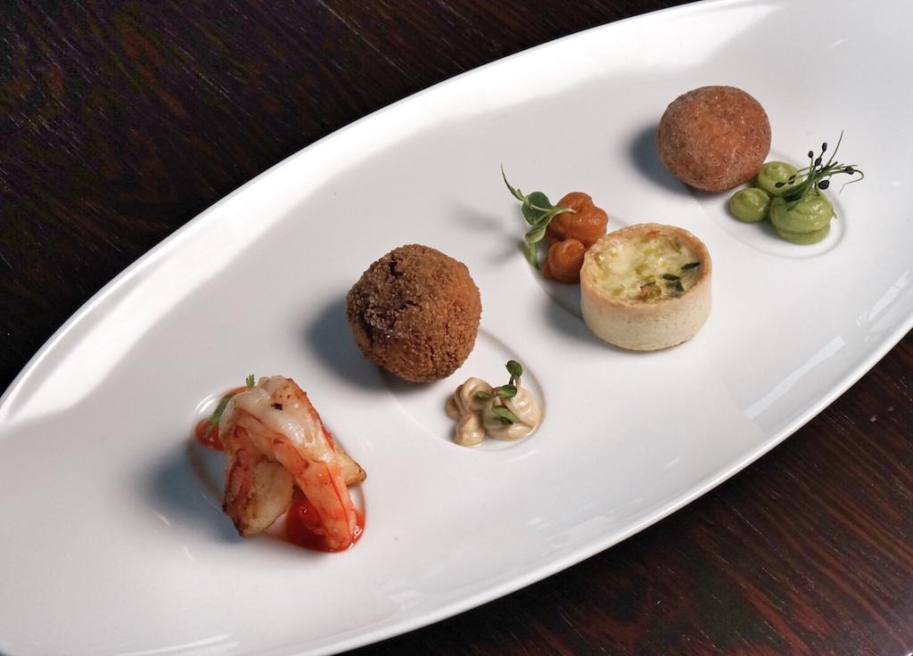 In der SchwöbBar genießt der Gast ausgesuchte Gerichte, vom Tapas-Quartett bis hin zu ...