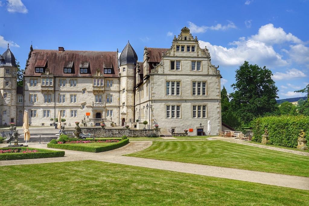 Der Arbeitsplatz von Sternekoch Achim Schwekendiek liegt im Schloss Schwöbber, welches idyllisch im Weserbergland gelegen ist