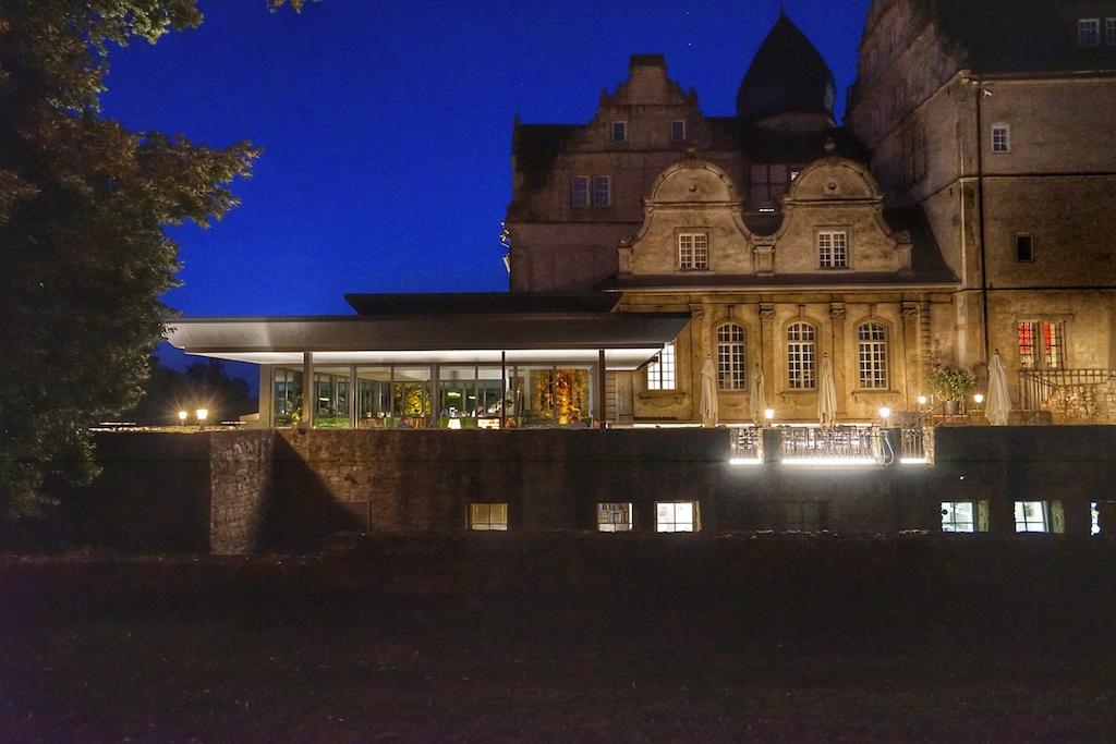 Abends ist die SchwöbBar in sanftes Licht getaucht und empfängt ihre Gäste auch auf einer Außenterrasse