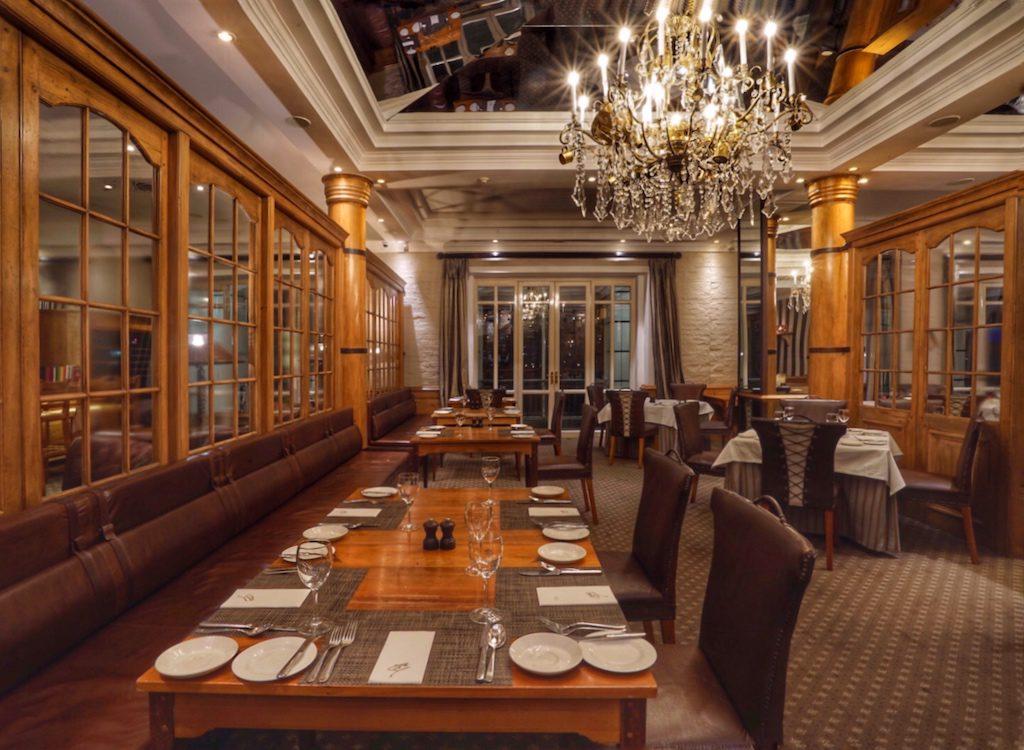 Ob längere Tafeln oder einzelne Tische, im Signal Restaurant wirkt es sehr edel und exklusiv