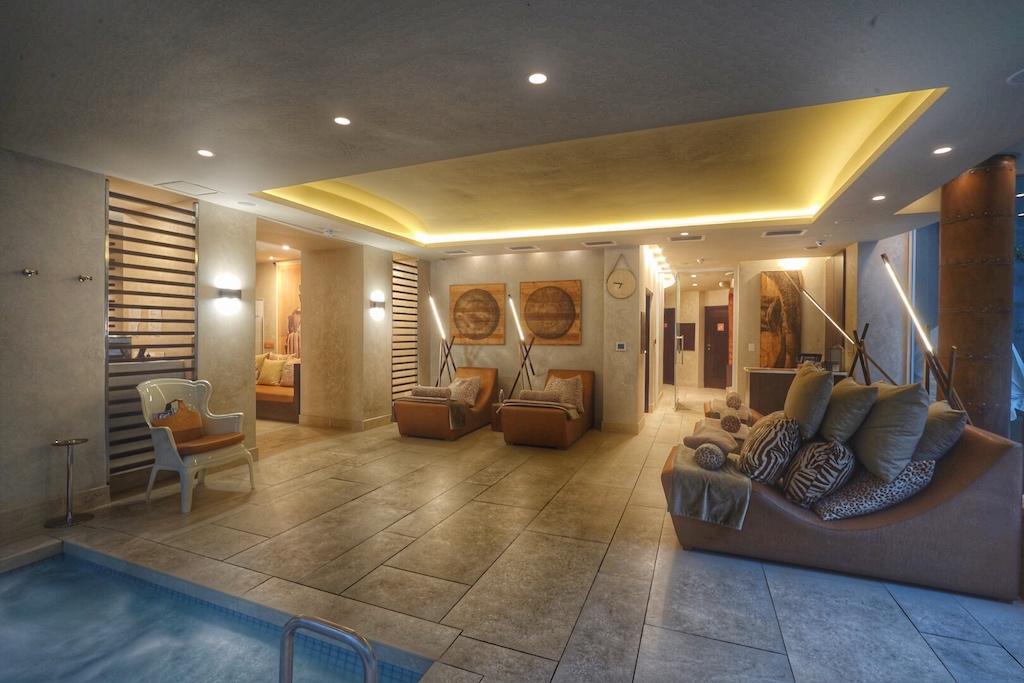 In warmes Licht getaucht verbringen die Gäste im luxuriösen Spa angenehme Stunden