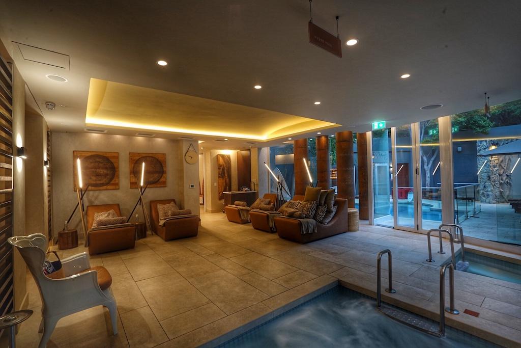 Innen oder außen: Im Spa des Luxushotels sind die verschiedenen Saunen und Relaxbereiche verteilt