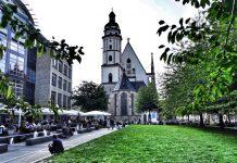 Blick auf Thomaskirche aus der Fußgängerzone vom Markplatz kommend