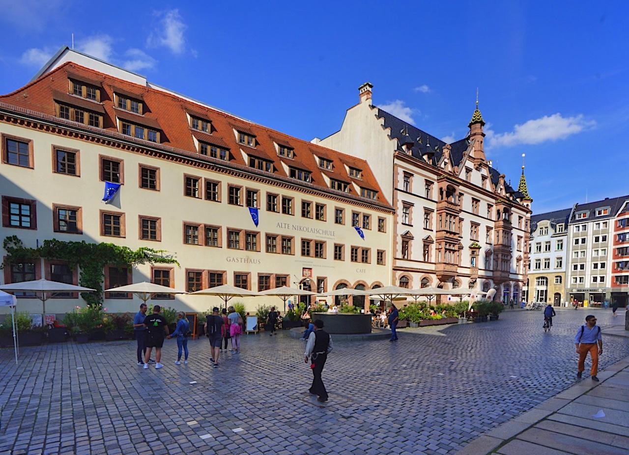 Neben der Nikolaikirche befindet sich die erste städtische Bürgerschule von Leipzig, die Nikolaischule