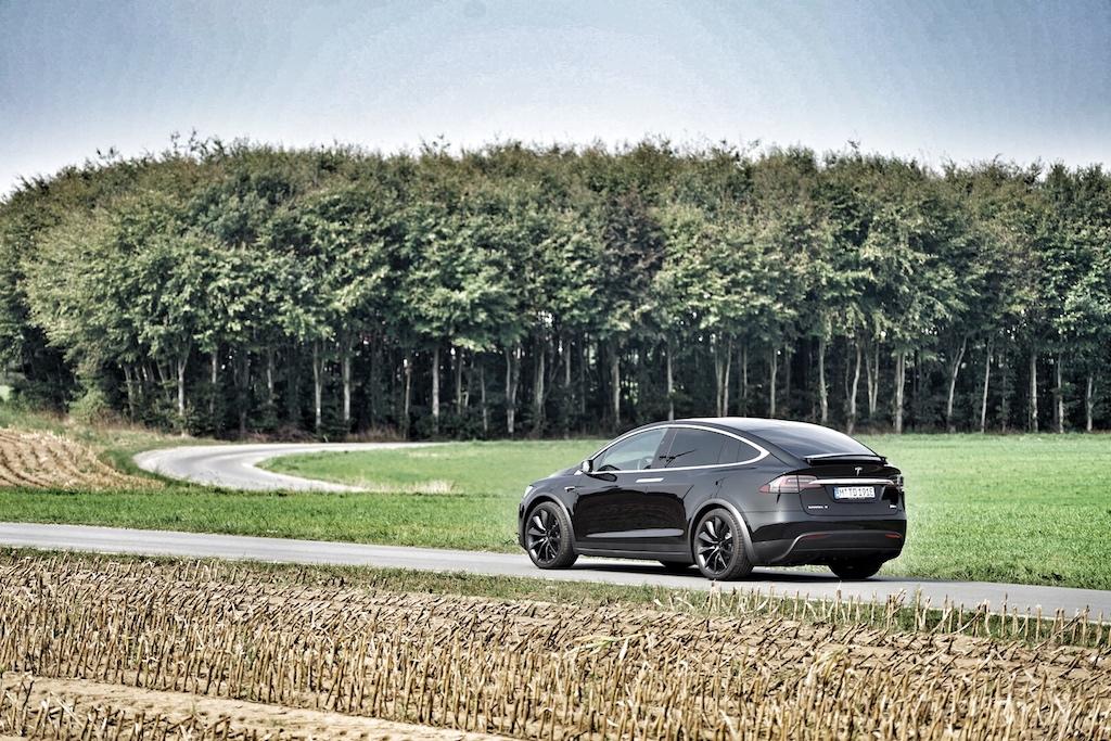 Trotz seiner 2,5 Tonnen lässt sich das Tesla SUV Model X einfach und präzise lenken