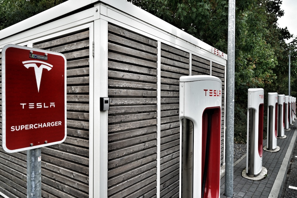 In 30 bis 40 Minuten ist die Batterien des Teslas an dem Supercharger auf mindestens 80 Prozent aufgeladen - Supercharger-Stationen sind flächendeckend vorhanden