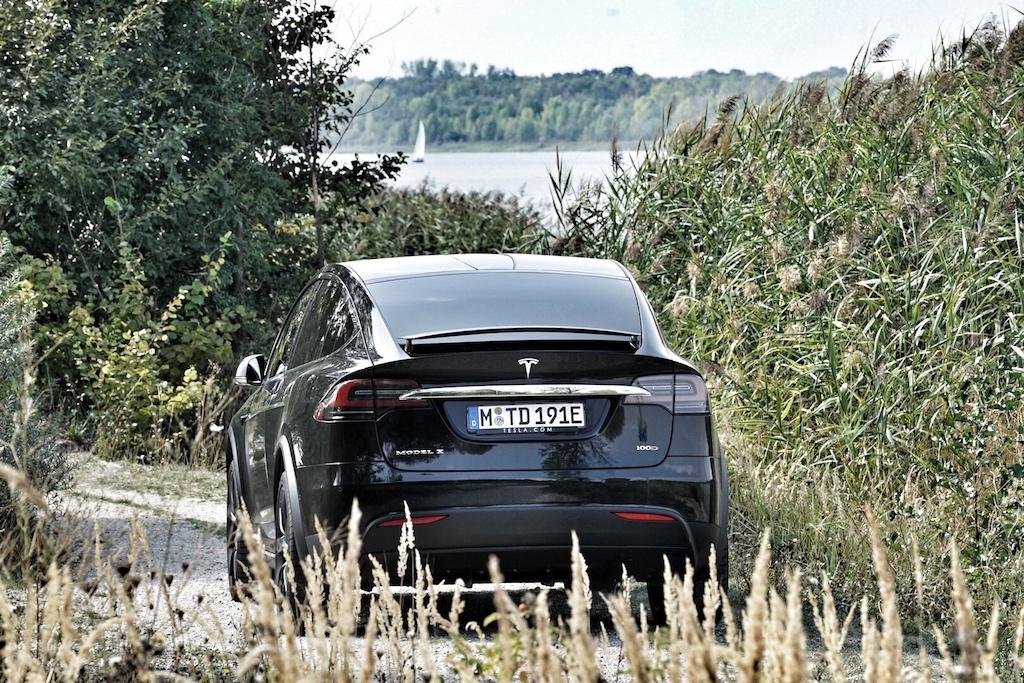 Das Tesla SUV misst 2271 Millimeter an Breite - damit sind einige linke Spuren in Baustellen nicht mehr befahrbar