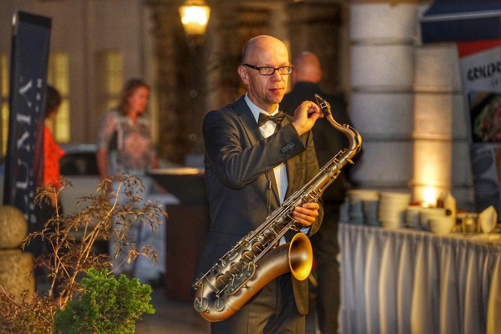 Volker Dahms unterhielt die Gäste in musikalischer Hinsicht auch vor dem Hotel - im Innenhof des Hotels spielte er gemeinsam mit seinem Musikerkollegen