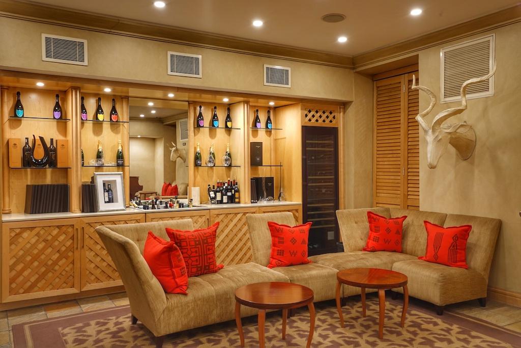 Ein Teil des Vorraums des Restaurants Qunu; abends genießen hier Gäste ihren ersten Aperitif