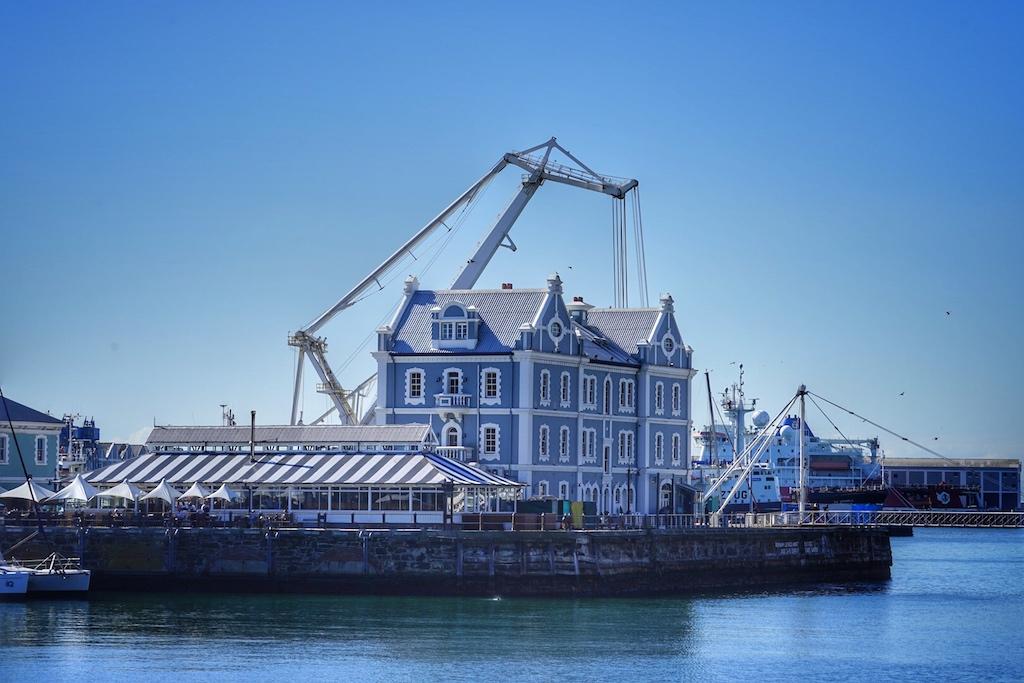 Bis hin zu den historischen Häusern innerhalb der Waterfront geht der Blick aus dem Zimmer und Suiten des Cape Grace Hotel