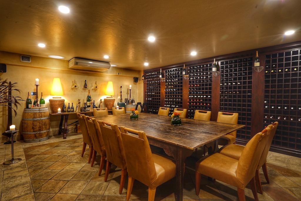 Das Saxon Hotel, Villas & Spa wartet gleicht mit zwei Weinkellern auf