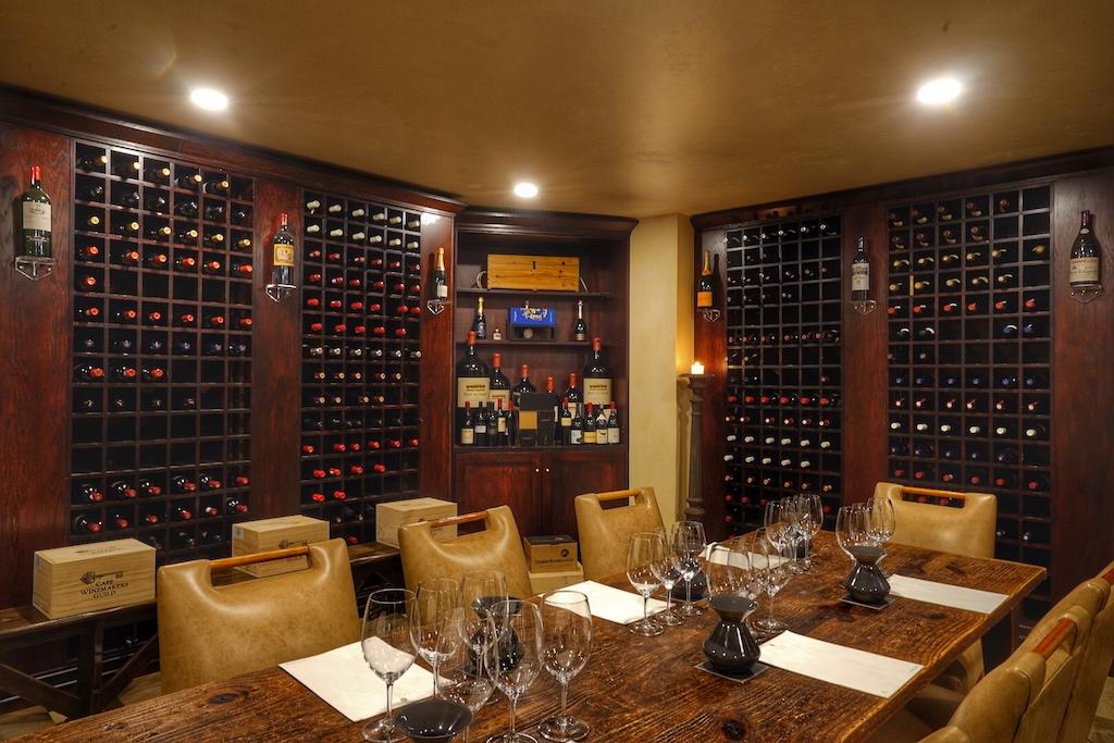 Beide Show-Weinkeller verfügen über unzählige Positionen an hervorragenden und erstklassigen Weinen