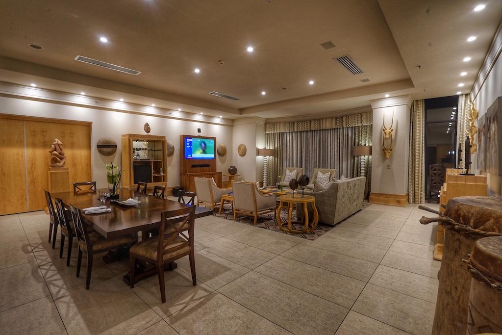 ... bis hin zu den sehr großen Wohnzimmern, erstrahlen alle Räumlichkeiten im luxuriösen Glanz