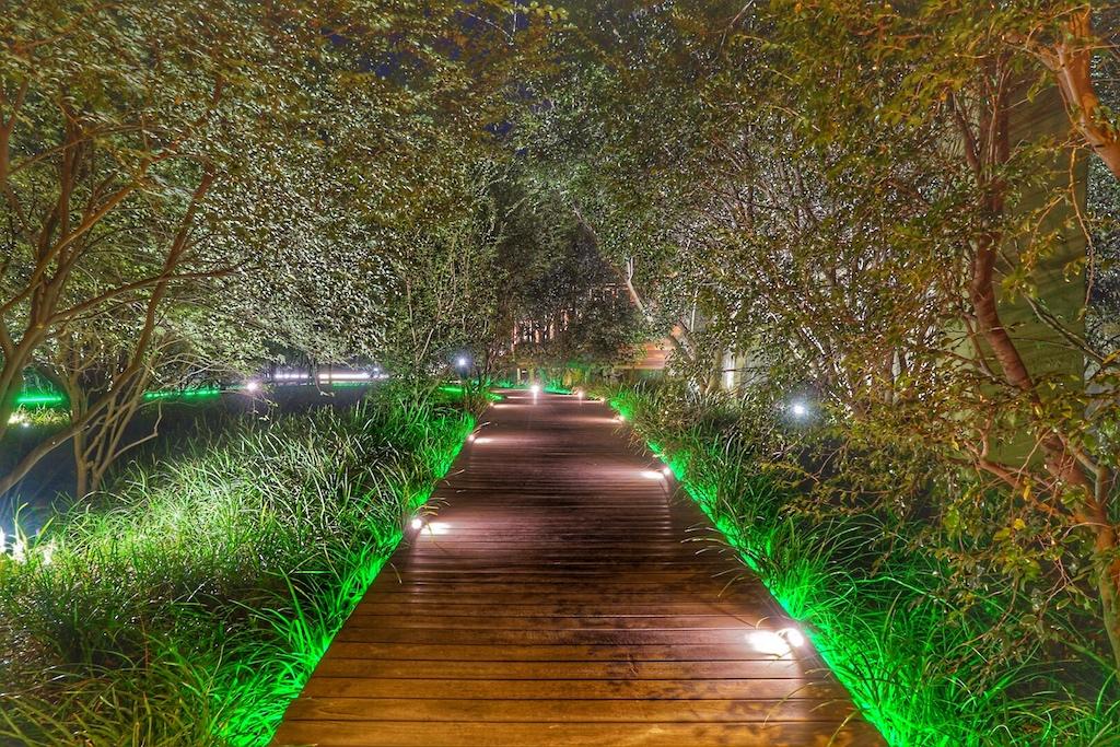 ... und nachts sind die Wege illuminiert, welches der Anlage ein besonderes Ambiente verschaffen