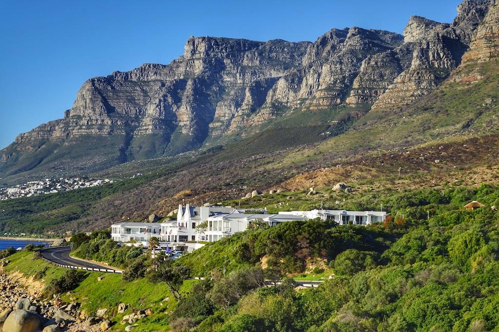 Vom Hotel aus sind die 12 Apostel – die Bergkette, diesich in Kapstadt vom Plateau des Tafelbergs entlang der Küste in südwestlicherRichtung bis HoutBay erstreckt zu erblicken