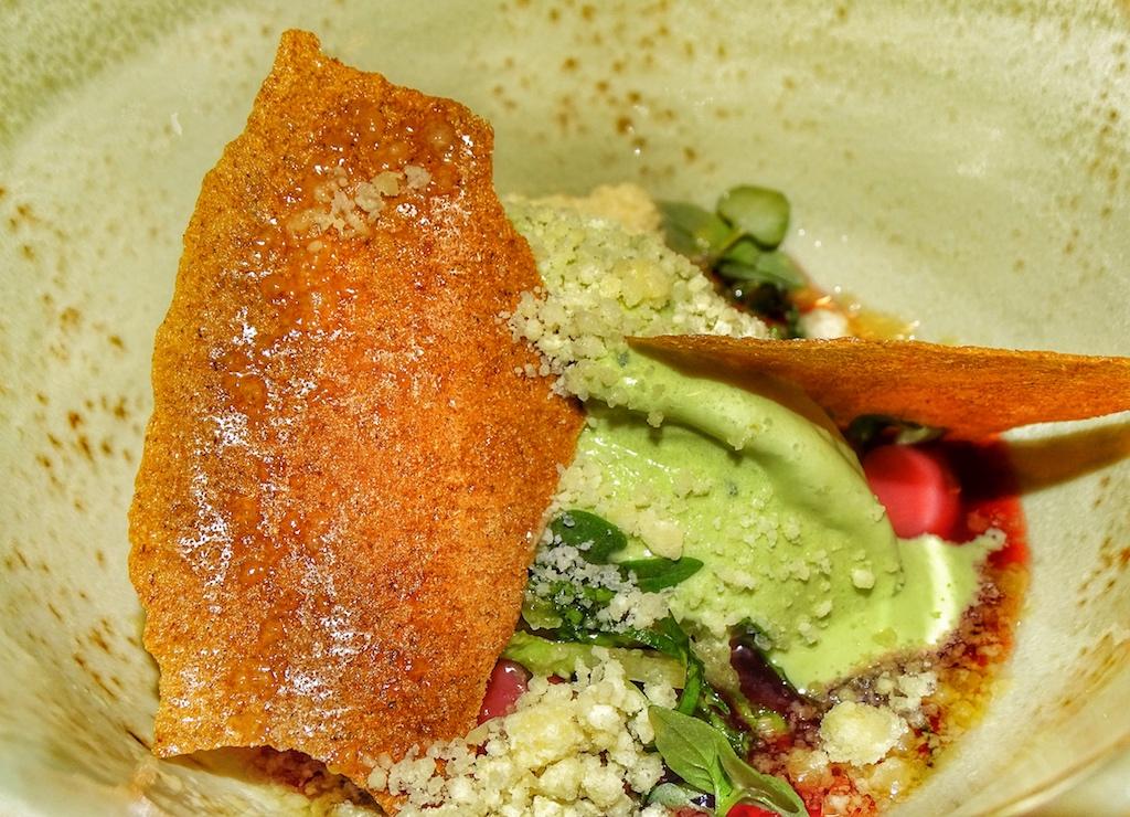 Zu denköstlichen Süßspeisen zählt die Kreation Erbeertee und Tom Khau Gai Aromen,Olivenöl und Nuss-Streusel von Marco Müller