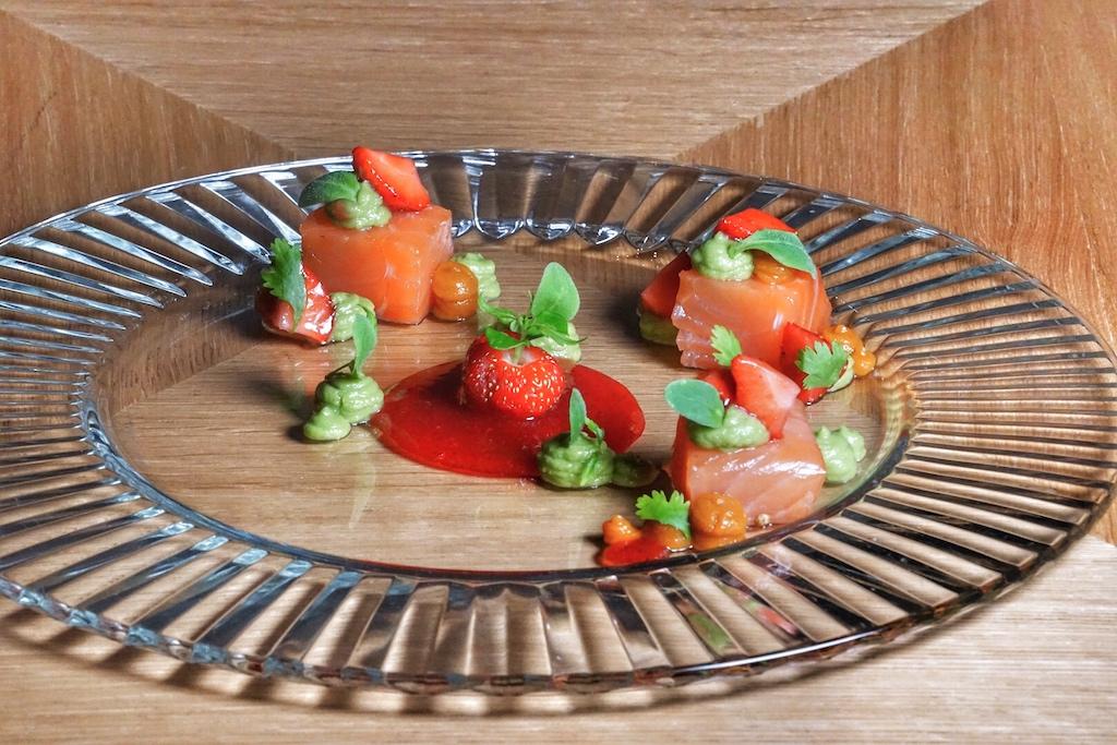 Zur Vorspeise gebeizter Lachs mit Avocado und Erdbeere