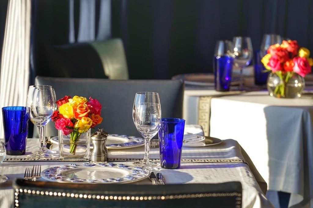 Schmackhaft gedeckte Tische laden im Fine Dining Restaurant zum Dinieren ein - selbstverständlich mit Blick auf den Ozean