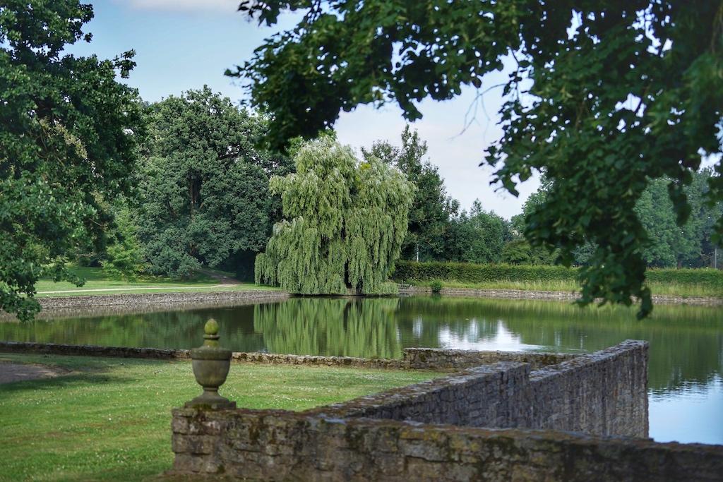 Der weitläufige Schlossgarten lädt zum Spazierengehen ein..