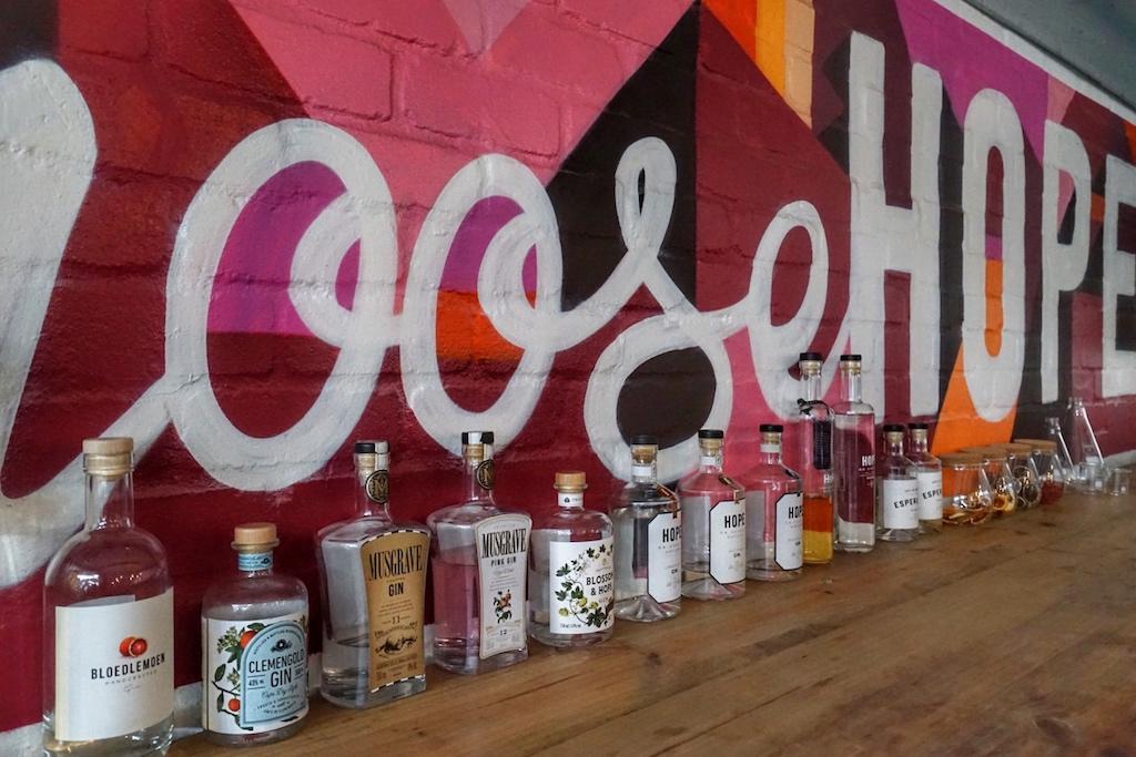 Eine stattliche Menge an kreativen und außergewöhnlichen Gins werden bei Hope on Hopkins auch für verschiedenen Partner auf den Weg gebracht