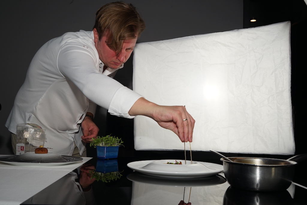 Der talentierte 3 Sterne Koche Kevin Fehling überlässt nichts dem Zufall. Auch das Anrichten des Fototellers übernahm der Chef des Hamburger Spitzenrestaurants The Table höchst persönlich