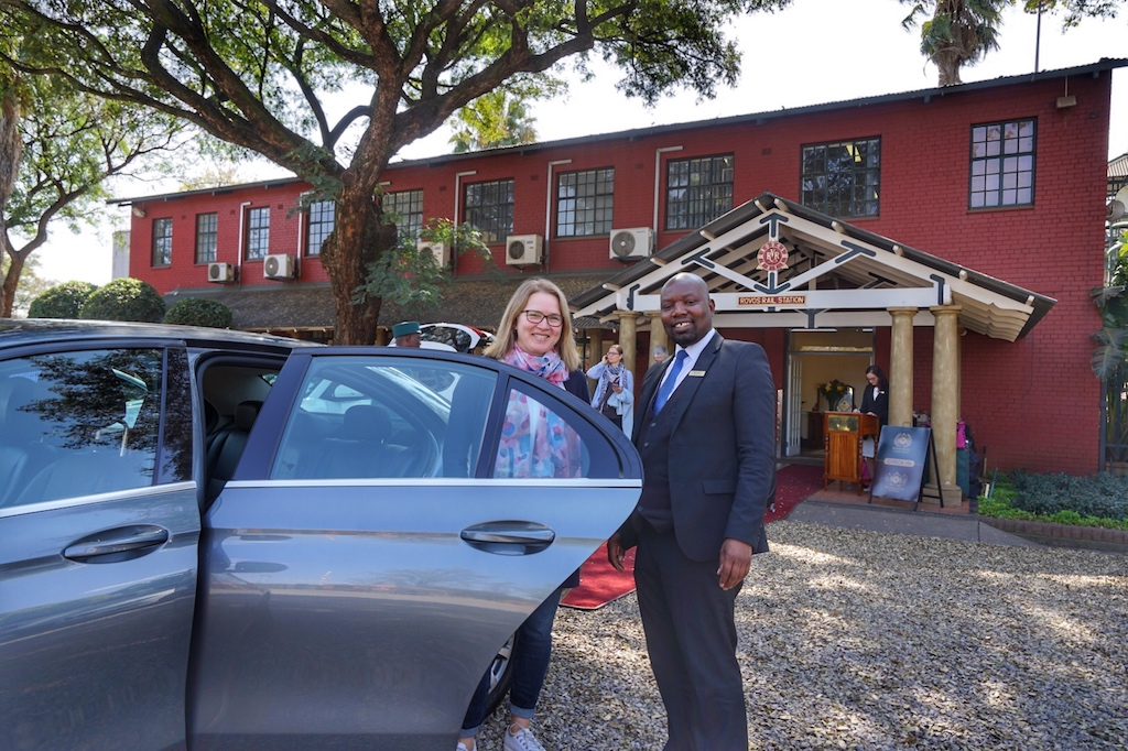 Jarat-Tours begleitete uns bereits in Kapstadt und katapultierte uns mit der Luxuslimousine in die Gegenwart