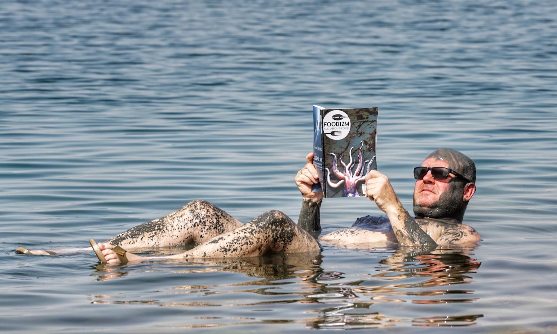Mit einer Schlammpackung versorgt, treibt man auf dem Toten Meer