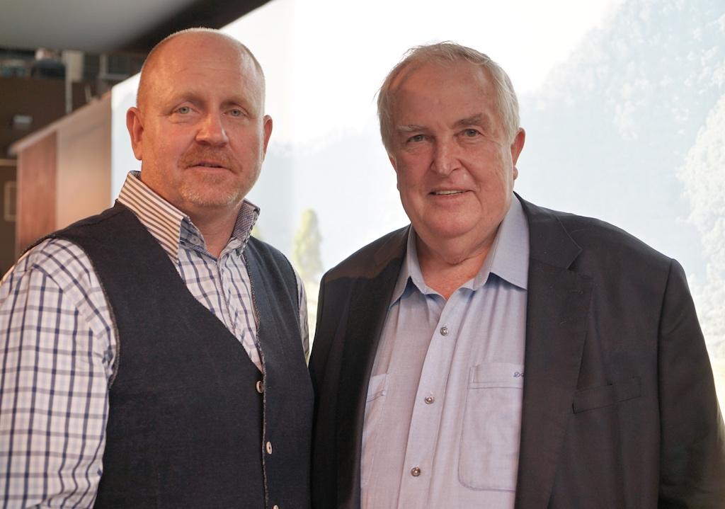David Warmoll (re.) - seit 70 Jahren züchtet die Familie Warmoll erstklassige Rinder in Australien - FrontRowSociety Herausgeber Andreas Conrad (li.) ist von der Fleischqualität überzeugt